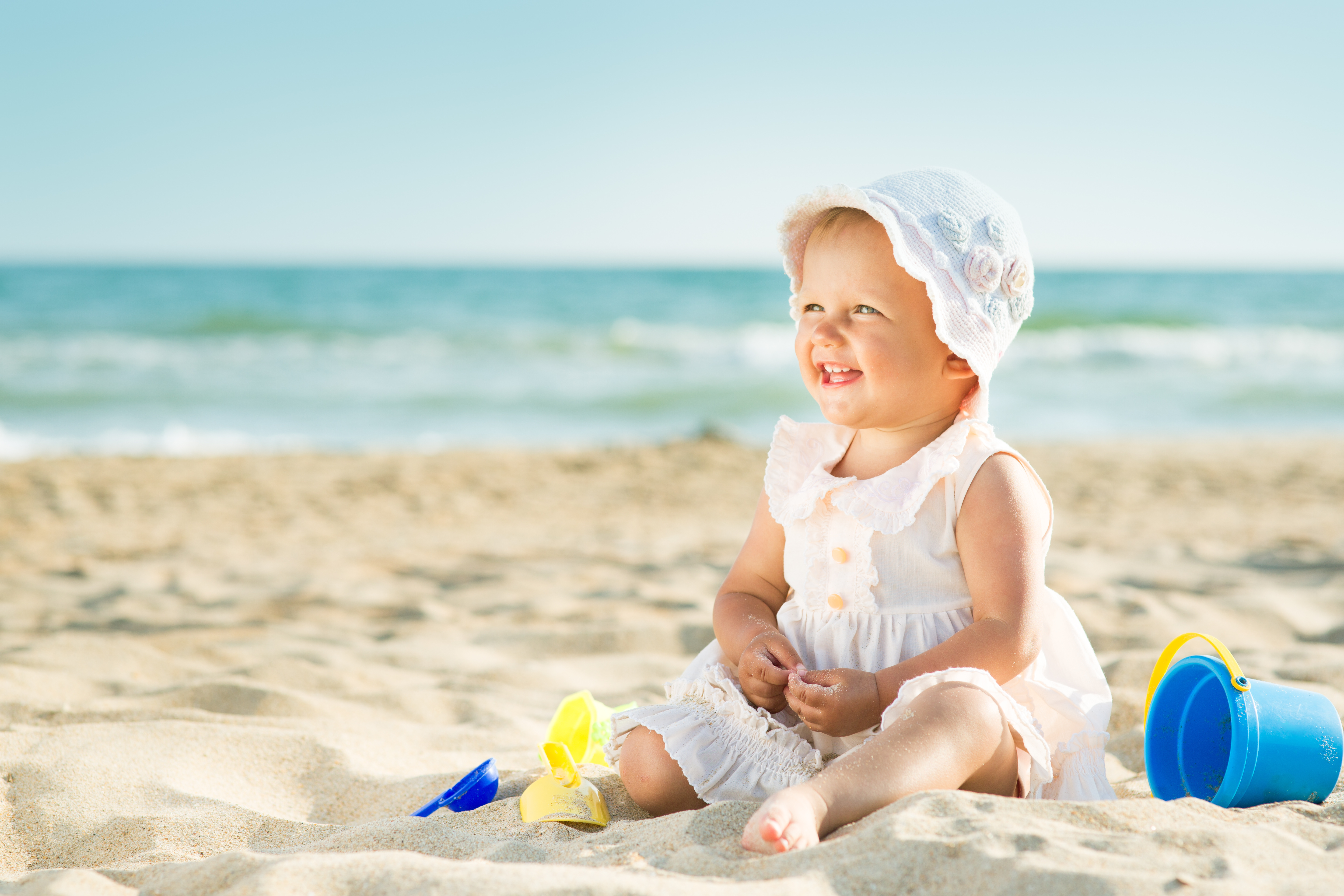 baby-playing-at-the-sea