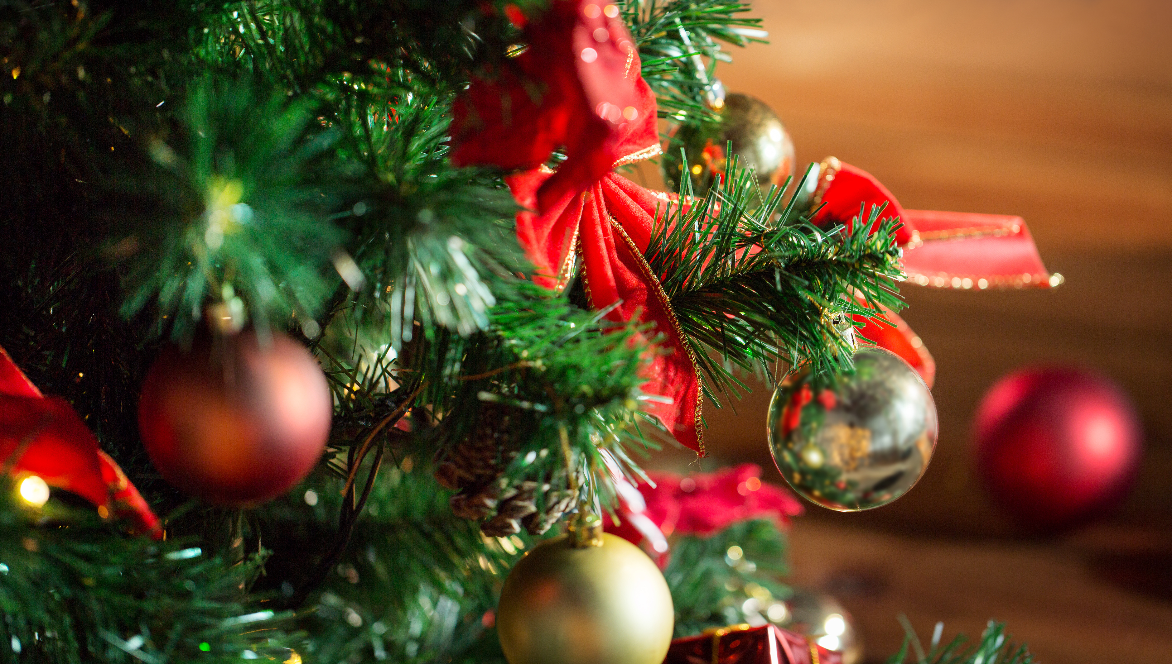 close-up-christmas-tree-ornaments