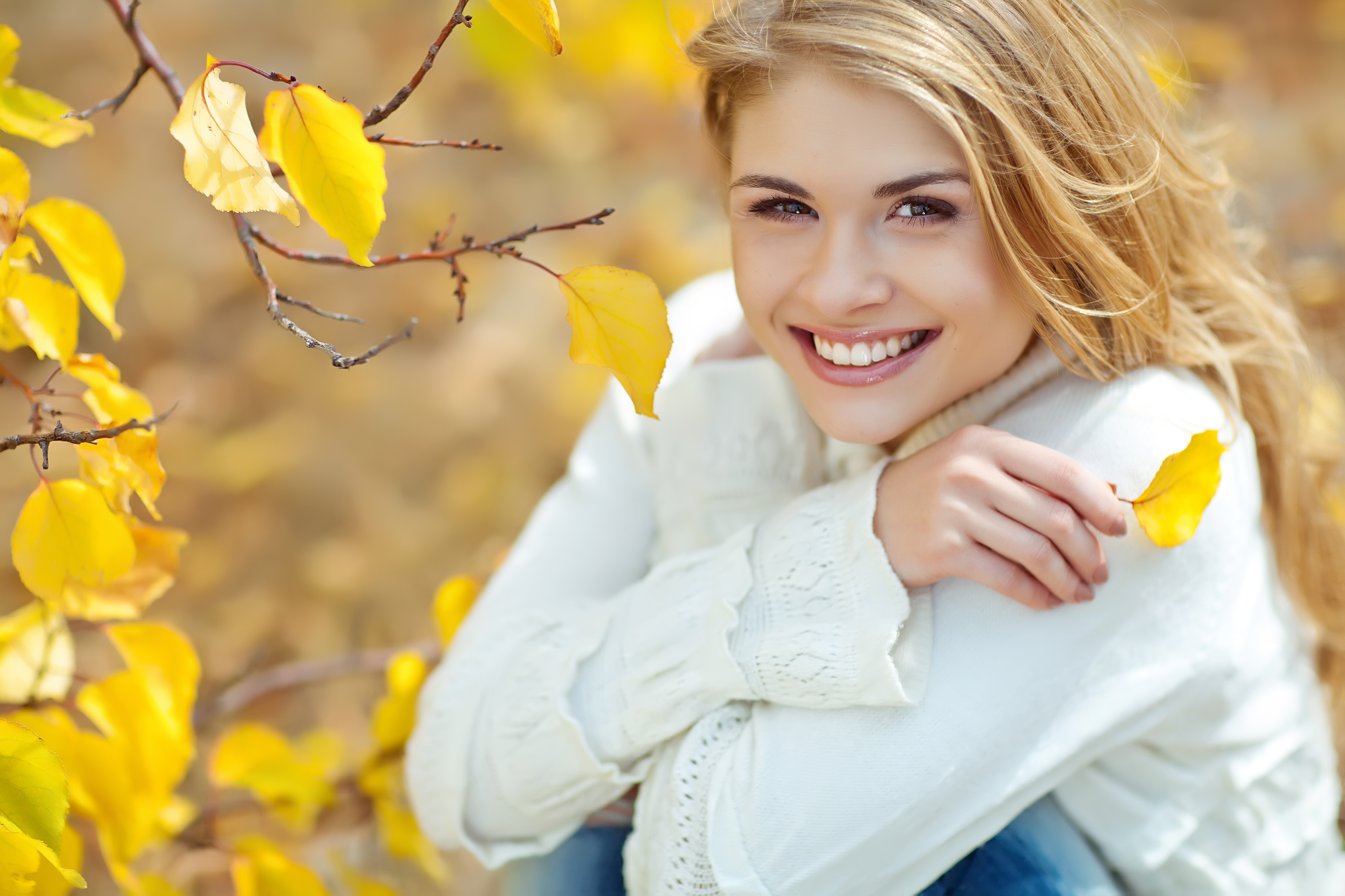portrait-of-beautiful-woman-in-autumn-outdoors