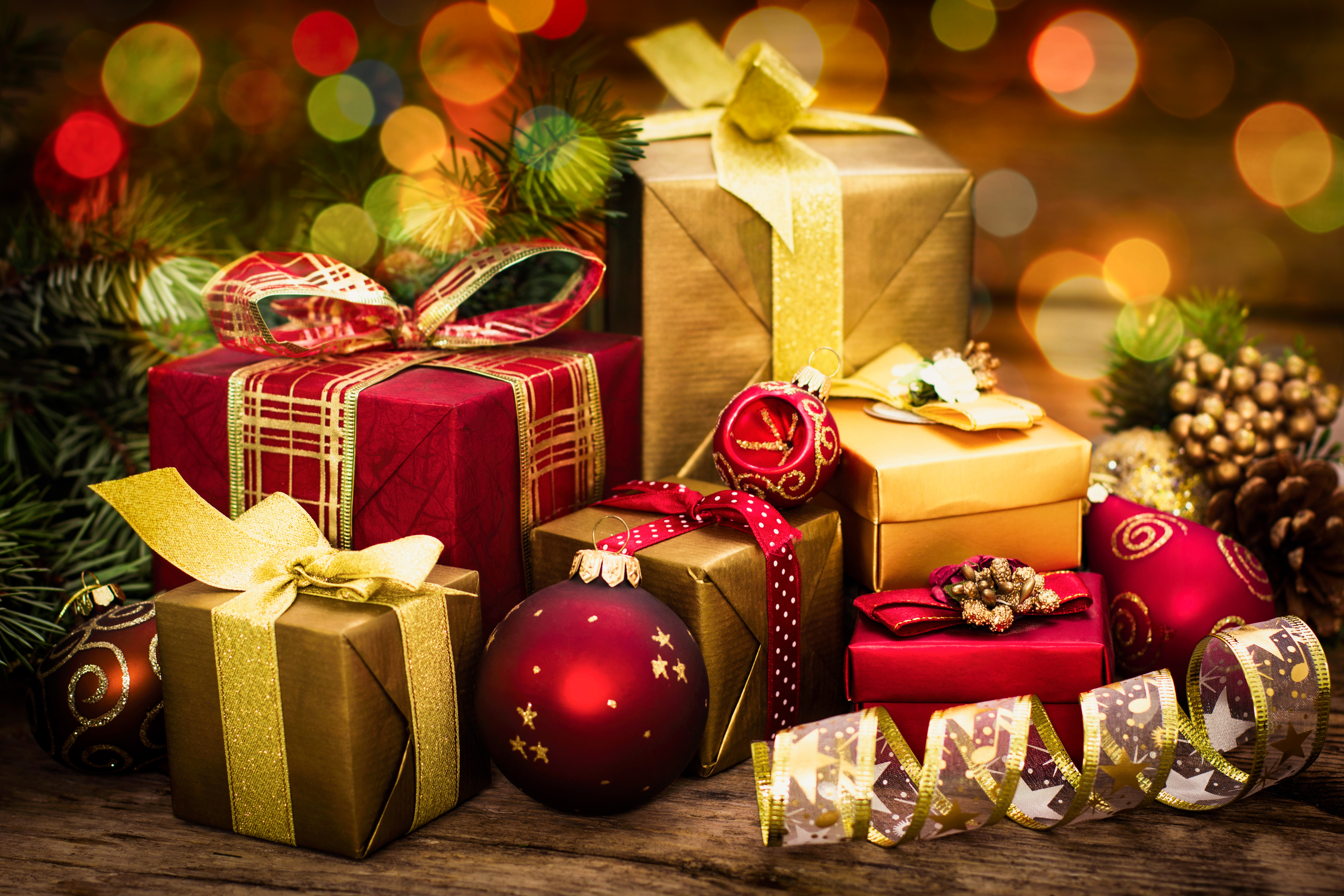 Christmas-gifts-on-wooden-background