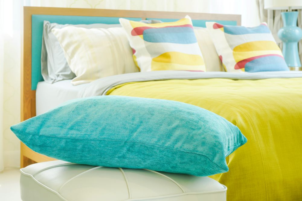 decorate a small guest room - add bold colors